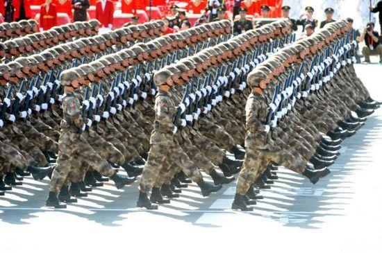 """2009年10月1日上午10:00国庆大阅兵是新中国成立六十年来,中国军队装备数量最多、规模最大的一次全景展示。参阅部队既有红军时期创建的老部队,也有组建不久的新兵种;既有战争年代浴血奋战的英雄团队,也有站在军事变革潮头的典型部队。受阅展示装备数量规模、质量水平和信息化程度都达到崭新水平,有的已达到或超过世界先进水平。特别是这次阅兵装备方队中没有一件是引进装备,将展示中国军队武器装备信息化建设的成果。 无论是陆、海、空、二炮、武警等军种部队,还是装甲兵、空降兵、防空兵等兵种专业部队,无论是坦克、火炮、导弹等战斗装备,还是雷达、通信、后勤等保障装备,都将在这次阅兵中进行全景式展示,参阅要素更加齐全,装备类型更加多样,兵种专业更加全面,具有很强的联合性。参阅部队还凸显优良传统多、历史荣誉多、完成大项任务多的""""三多""""特点。"""
