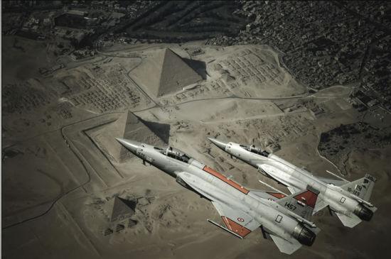 自打巴基斯坦装备的JF-17雷电战机后,不少外国网友对这款战机的设想就从未停止过,创意那是相当多!什么埃及涂装型、伊朗涂装型、土耳其涂装型、甚至还有以色列涂装型全都出来了。光有涂装那还不算什么,还给弄出了多款奇葩改进型!图为埃及空军涂装JF-17飞越金字塔设想图。
