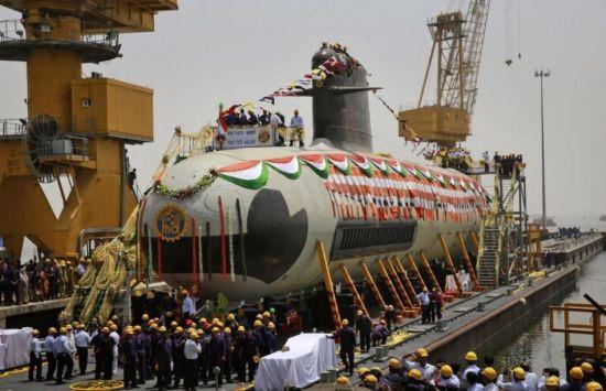 4月6日,印度第一艘引进法国技术建造的�鱼级潜艇在孟买下水。这是印度订购的6艘中的第一艘。而从订购(2005)到首艇下水,总共花了10年的时间。虽然时间很长,但是毕竟潜艇是在印度建造,估计或多或少也学到了建造技术。