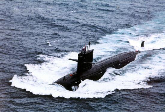 海军093级核攻击潜艇海面航行。