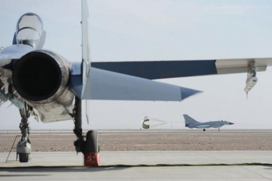 戴旭认为,中国空军不能仅仅满足于在领海、领空内叱咤风云。