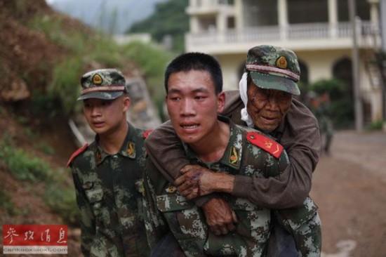 日媒:抗震救灾尽显解放军温柔一面