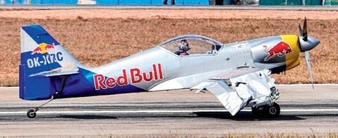 队的两架飞机在进行飞行表演时