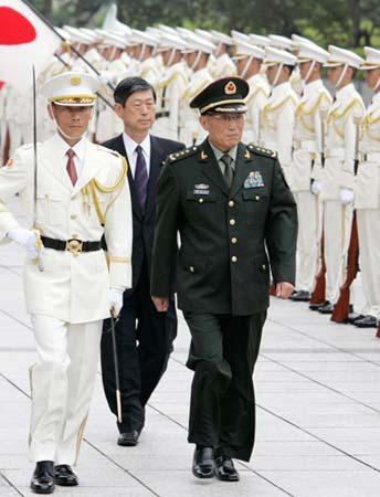 曹刚川检阅日本自卫队会晤新任防卫相(组图)