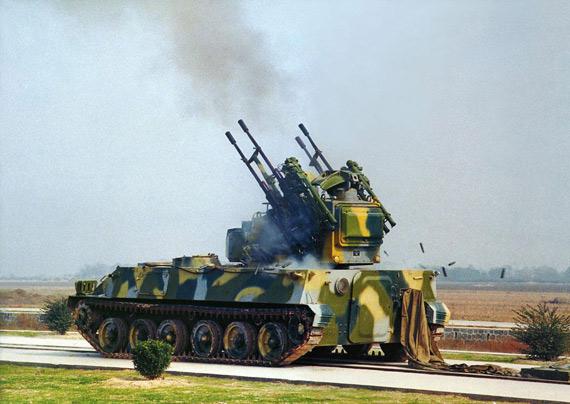 图文:中国PGZ95式4管25毫米自行高炮射击