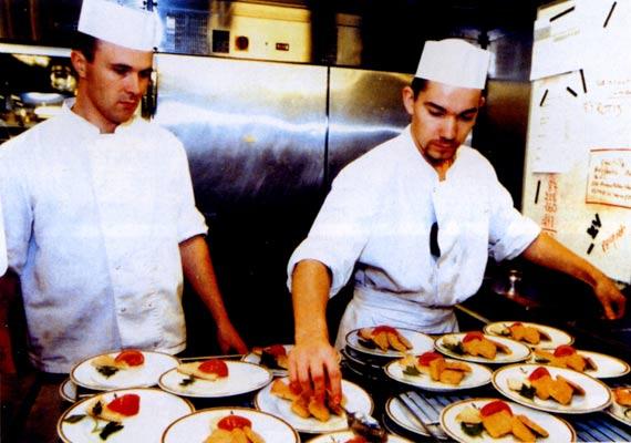 揭秘法国戴高乐号航母炊事班:每天做9千个面包