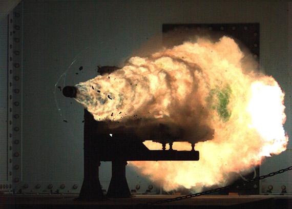 美国新型电磁轨道舰炮将配备DDG1000隐形战舰