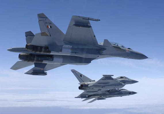 图文:印度空军苏-30MKI与英国台风战机同飞