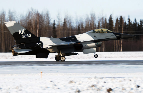 图文:黑白涂装的F-16C战机升空进行空战训练