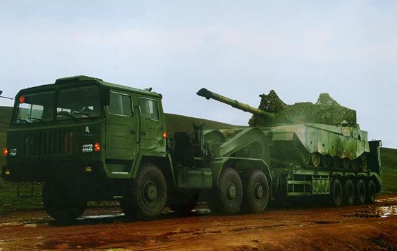 图文:由拖车运到试验场的国产99A2主战坦克