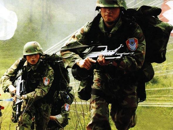 图文:空降兵空投伞兵突击车演习
