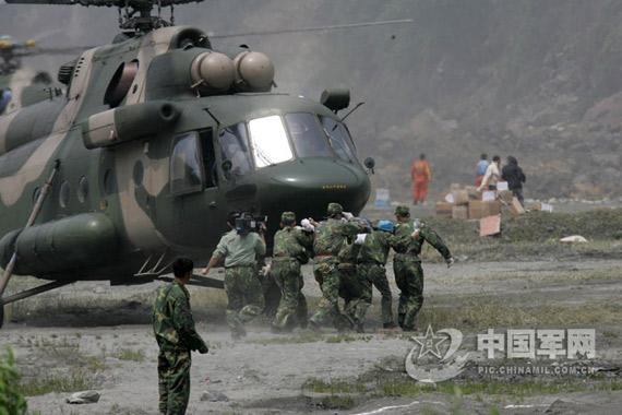 陆航救灾直升机飞赴重灾区险些撞上高山(组图)