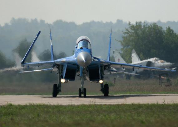 图文:俄制米格-29K舰载战机完在飞行表演