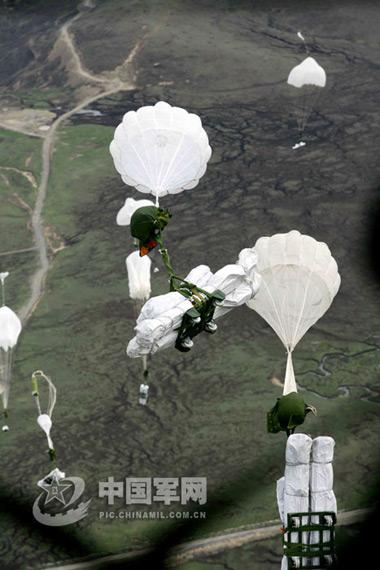 图文:我军运输机空投救灾物资飘向地面