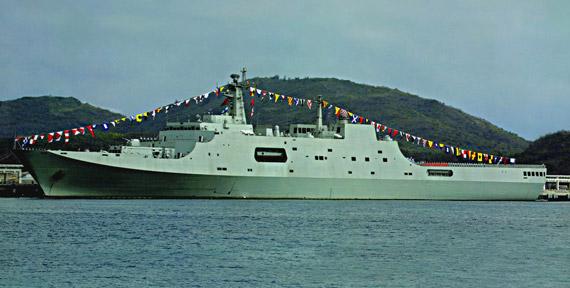 图文:已经服役于南海舰队的昆仑山号两栖登陆舰