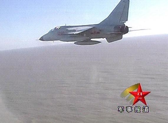 图文:新型飞豹A战斗轰炸机快速降至低空区域