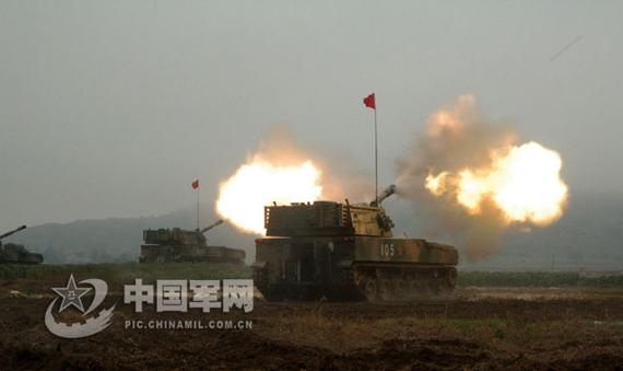 组图:南京军区122毫米自行榴弹炮实弹射击