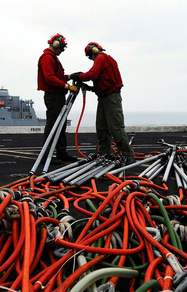 图文:美军士兵整理缆绳
