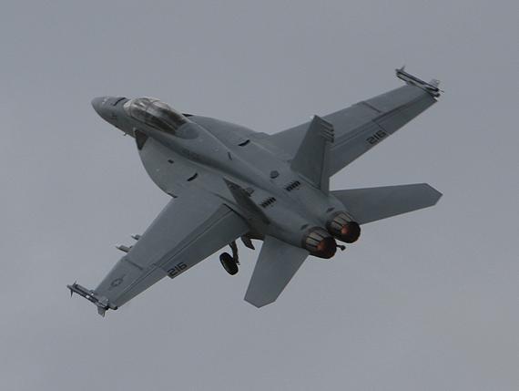 组图:美国海军F/A-18F双座型战机献技范堡罗