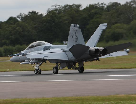 图文:F-18战机参加范堡罗航展