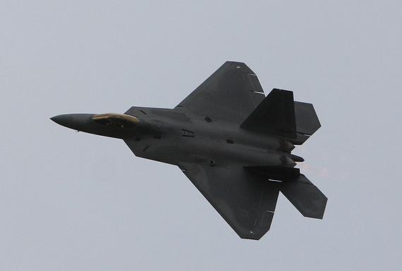 美军F-22A飞抵范堡罗完成首次海外飞行表演