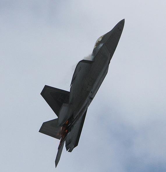 图文:F-22战机爬升