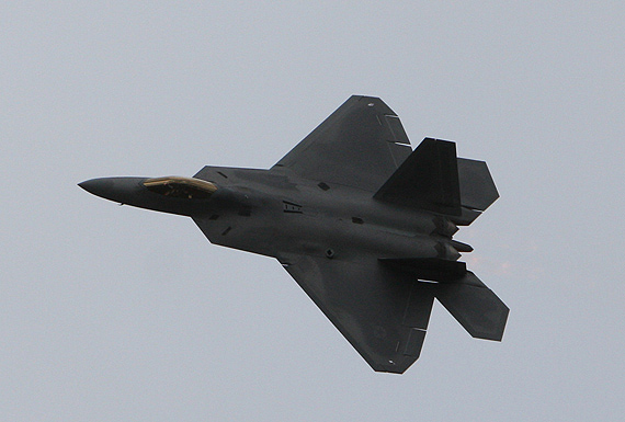 图文:F-22战机飞离范堡罗