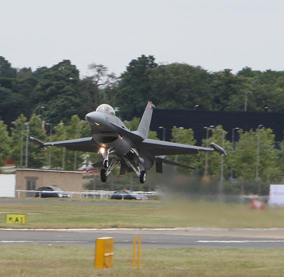 图文:F-16战机降落