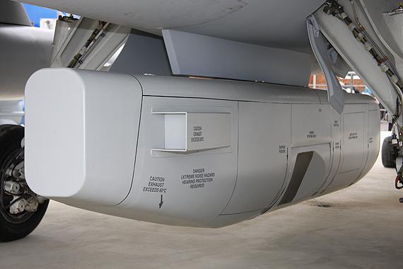 图文:室外展示的JAS-39C机腹下加挂的防区外武器