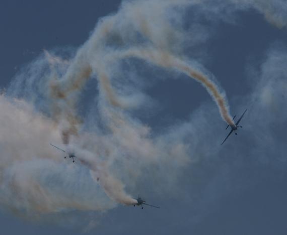 图文:空中留下战机复杂飞行轨迹
