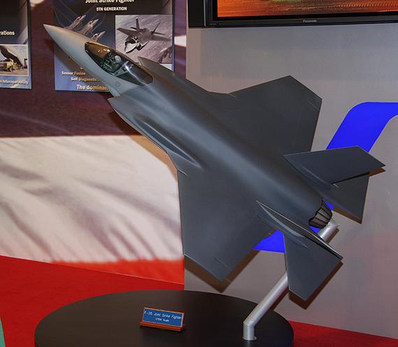 组图:F-35战机亮相范堡罗航展美国空军展台