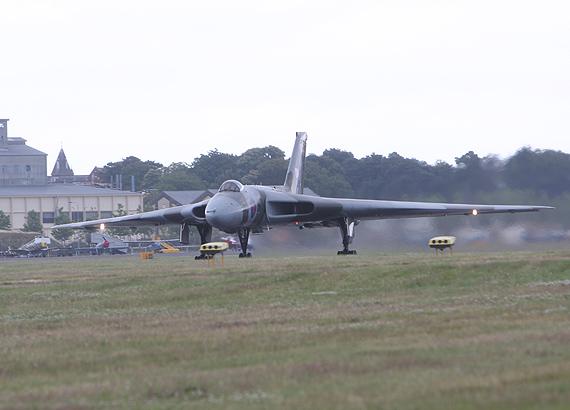 图文:英国火神轰炸机准备起飞表演