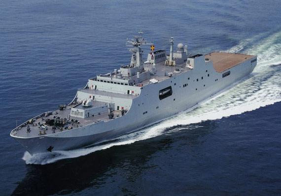 相比航母来说多途两栖攻击舰的排水量相对较小,研制和建造也相对容易。