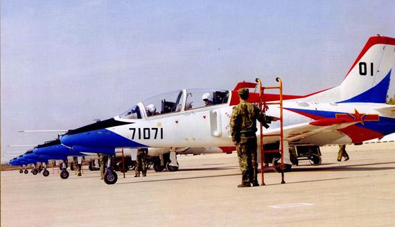 中国空军飞行学院装备的K-8型教练机