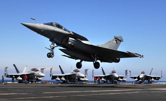图文:法国的阵风M舰载机准备在航母上降落