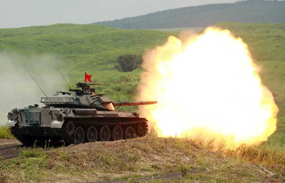 8月21日,一辆日本陆上自卫队74式主战坦克开火。新华社记者任正来摄