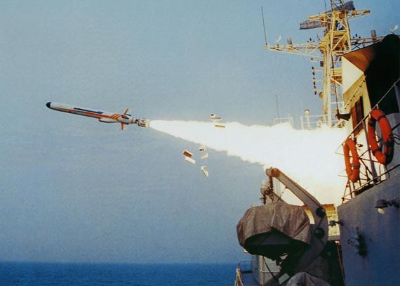 资料图:中国海军战舰发射鹰击-62型反舰导弹