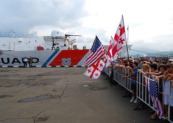格鲁吉亚人欢迎美国军舰进驻格方港口