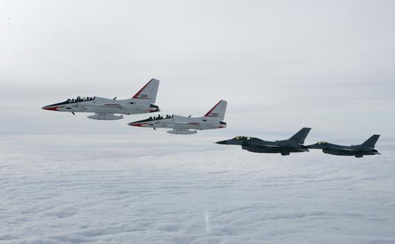 图文:韩国空军t-50与kf-16战机编队飞行