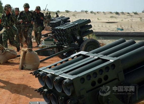 新型107毫米多管火箭炮快速占领阵地