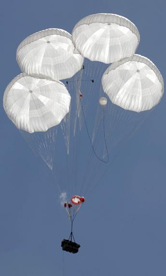 图文:上合军演中方空降部队实施重装空降