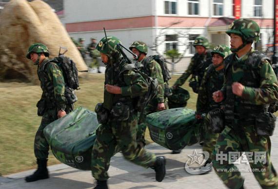 基廷上将还认为,解放军最大的不足是士官队伍的建设。资料图:解放军步兵作战训练
