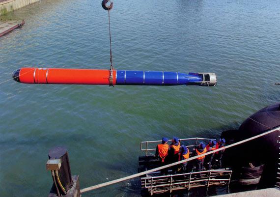 解放军海军部队正在为宋级改型潜艇加装新型鱼雷