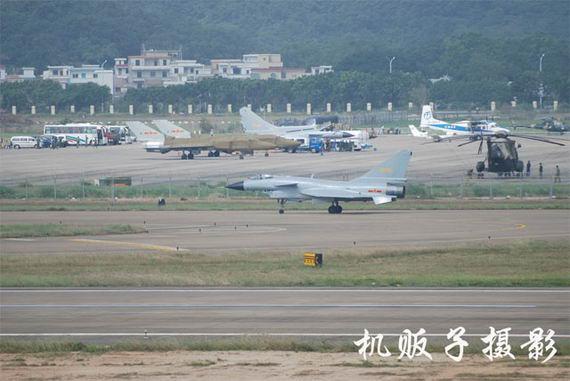 抵达珠海后进行飞行训练的歼-10和后方的歼-8D、飞豹(由近至远)摄影:机贩子