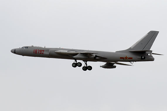 轰油六空中加油机开始爬升摄影:陈诚新浪独家图片,未经许可不得转载。