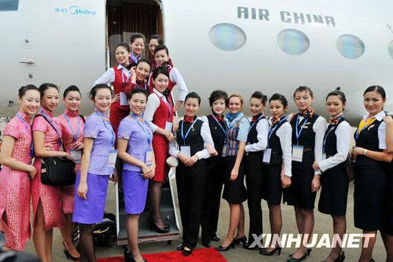 11月6日,几名参加珠海航展的空姐合影。新华社记者魏培全摄