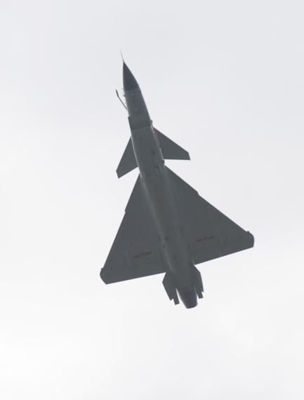 歼-10战机空中机动表演。摄影:陈诚