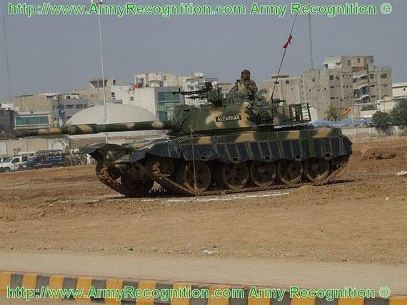 艾-扎拉坦克配一门最新型125毫米口径滑膛炮