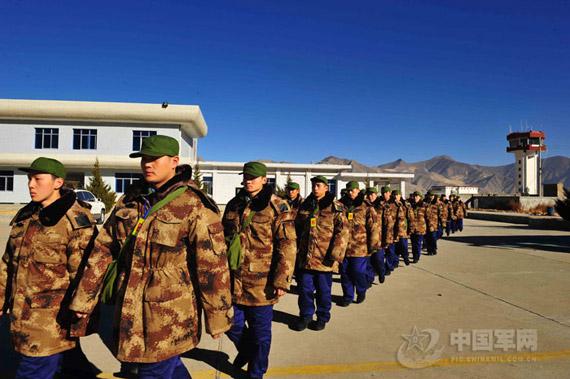 穿上新式迷彩大衣的新兵显得精神抖擞。