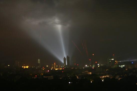 2月20日晚,斯里兰卡武装部队在首都科伦坡发射防空炮火。新华社记者刘咏秋摄